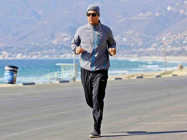 荷里活型男Matthew McConaughey唔單只跑步叻,玩三項都掂。(People.com)