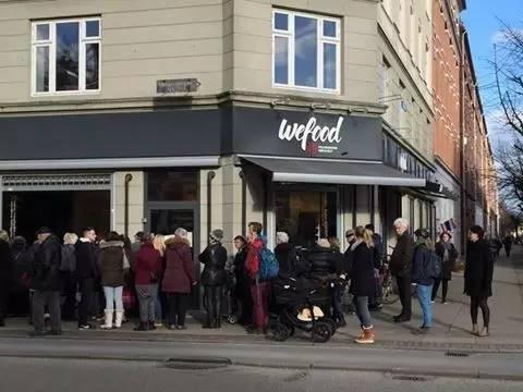 丹麥嘅售賣過期食品嘅舖頭,大排長龍。