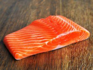 [有片慎入] 日本中女 食三文魚食到生蟲f